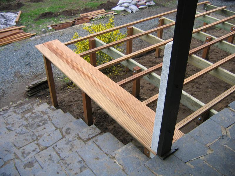 Pose de planche pour laménagement de terrasse en bois
