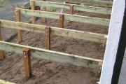 Alignement de planches pour le support de la terrasse en bois